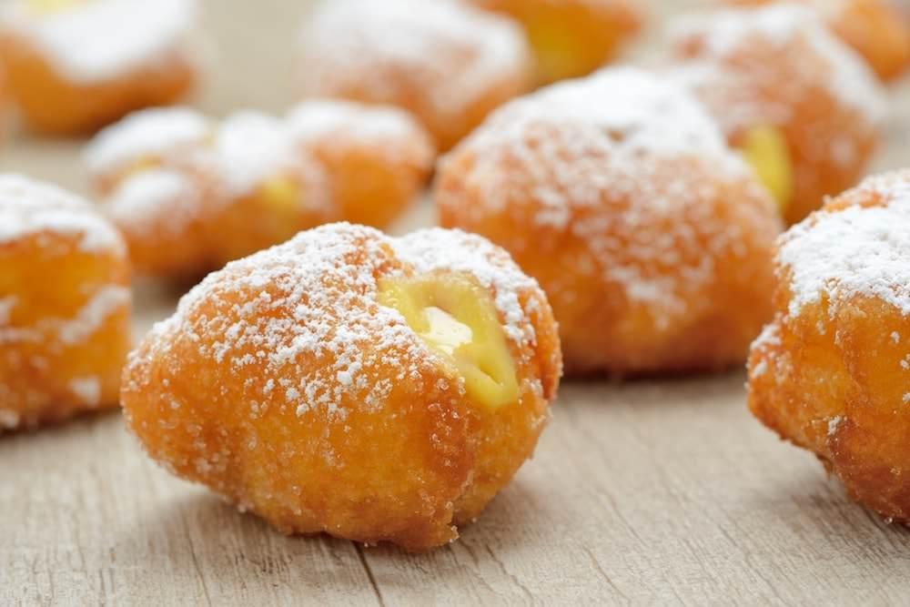 Frittelle dolci di Carnevale ripiene di crema pasticcera