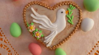 Colombine di glassa e uovo di Pasqua decorato