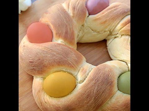 Treccia dolce di Pasqua con uova colorate