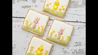 Decorare con la glassa di zucchero coniglietto e gallina di Pasqua